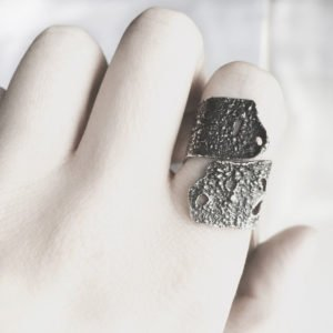 silver skin ring hand