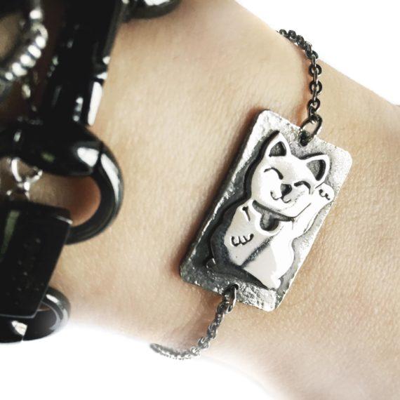 maneki neko bracelet close up_900